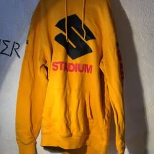 Justin Bieber merch, gul oversized hoodie med luva och text på ärmarna. Storlek xs
