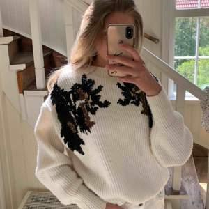 Säljer min superfina tröja pga att jag känner att det inte är min stil längre tyvärr. Den passar perfekt till en en lite kyligare dag! Frakt är ej inkluderad 🥰 tröjan är nästan aldrig använd