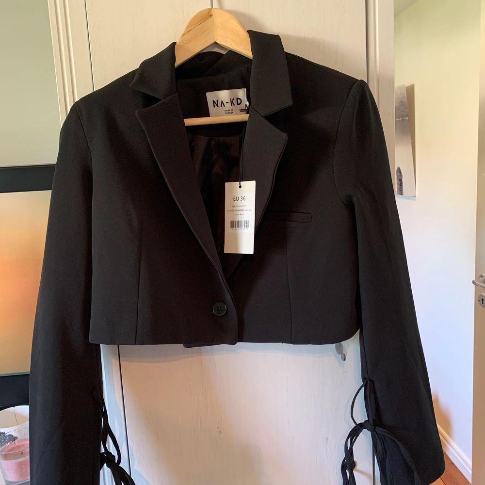 Säljer nu denna snygga cropped blazern från NA-KD pga att den är lite för stor. Prislapp finns kvar. Strl 36. Pris: 250kr eller högst bjudande. Köparen står själv för frakt.. Kostymer.