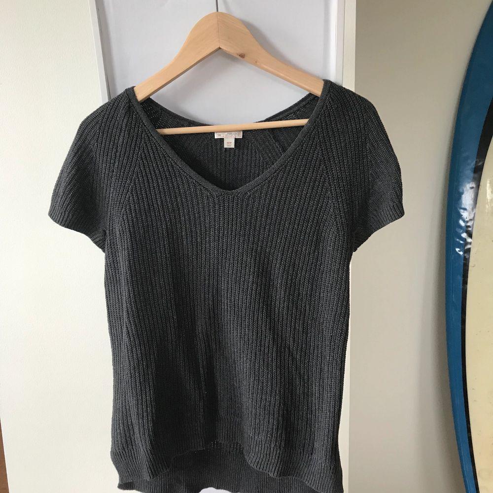En fin stickad tröja från GAP. Inköpt för ett par år sedan men ej använt mer än 2-3ggr, så i fint skick! Den faller fint och skulle passa XS-S skulle jag tro🌞 köparen står för frakten  . Stickat.