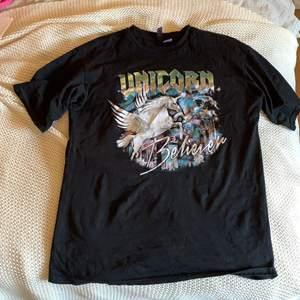 Snygg svart T-shirt med enhörnings print på, möts i Karlstad skickar inte på posten.