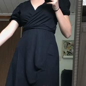 Asfin klänning sommarklänning från Gina tricot. Köpt förra veckan, använd en gång. Kan knyta där bak & fram💖