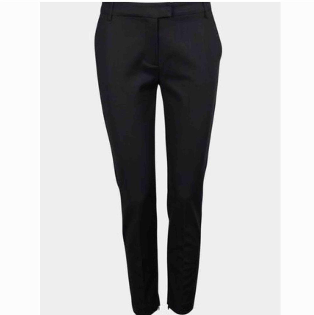 Säljer dessa OANVÄNDA kostymbyxor från bikbok. Köpta för 399kr. Dessa är i ankelmodell och har en liten dragkedja längst ner vid benslutet. Superfina och verkligen i bra skick 😇 (lånad bild från @ Ella Öberg) . Jeans & Byxor.