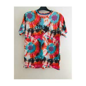 Oanvänd multifärgad grafisk tillfällig t-skjortan. Stolek är passar L XL och oversize, byst till 44. Priset står på 100kr och köparen står på frakten.