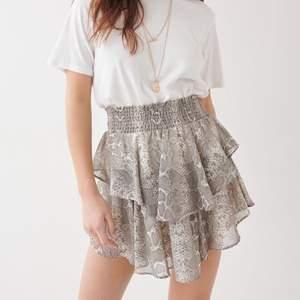 plisserad kjol med orm mönster från ginatricot, köpt förra året men använd 2 ggr så den är som ny!!