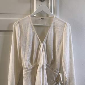 En fin blus som aldrig är använd utan bara provad. Säljes pga att den är för stor för mig. Säljer för 100kr plus frakt. Blusen ska vara creme färgad. ( ostryckt i bilden)