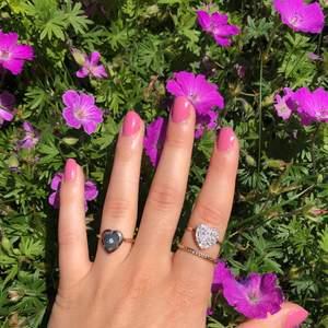 Tre fina guldfärgade ringar i storlek M. Helt nya därmed super fint skick!💖