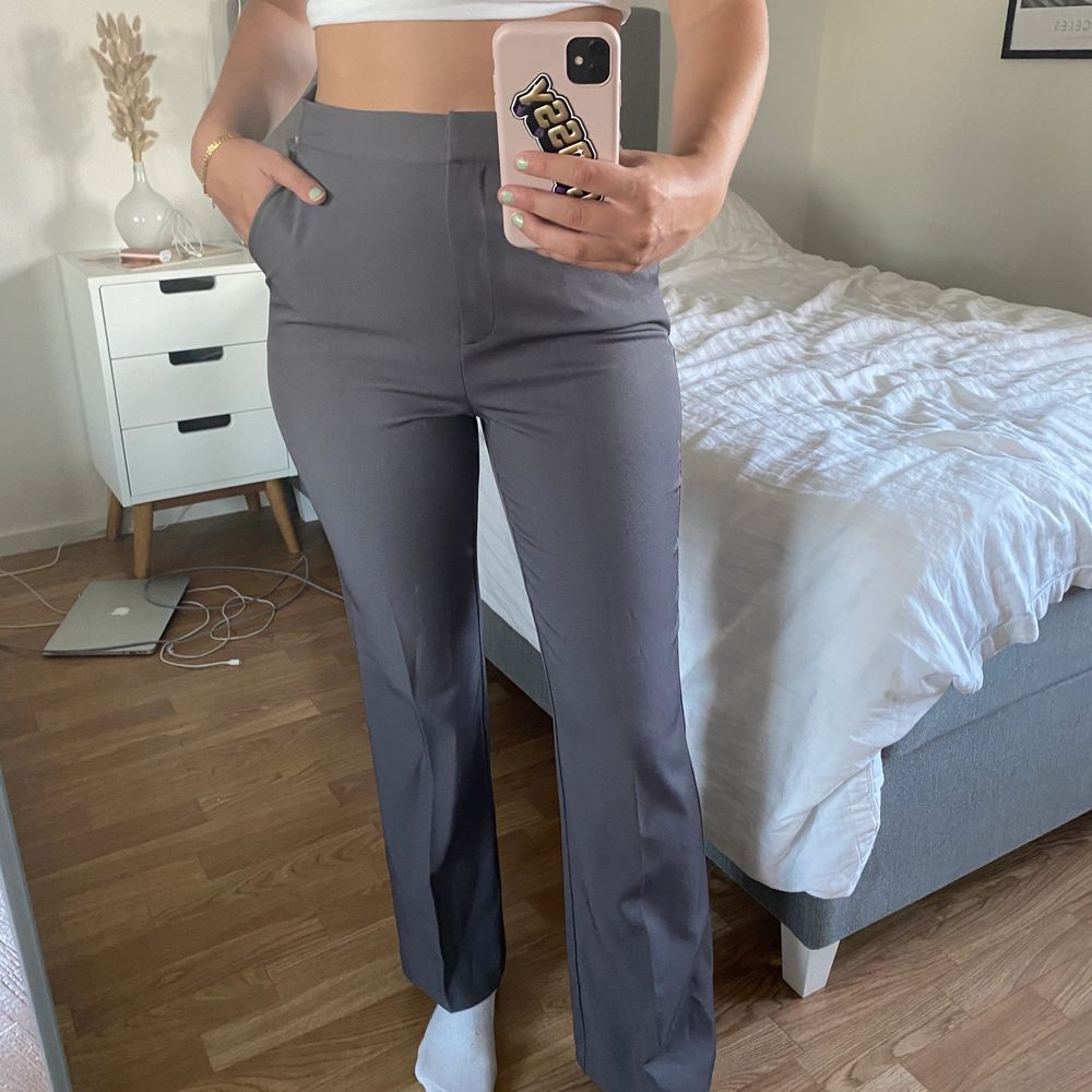 Högmidjade kostymbyxor från Linn Ahlborg x NA-KD ⚡️ Aldrig använda, endast provade! Nypris 500 kr 💜. Jeans & Byxor.