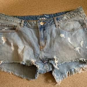 Helt oanvända slitna jeansshorts från never denim.