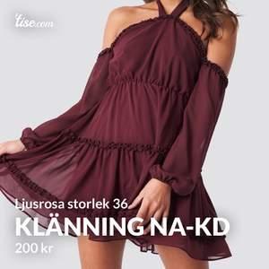 Slutsåld LJUSROSA klänning från NA-KD i storlek 36. Den är alltså ljusrosa som den sista bilderna visar. De två första bilderna är bara för att visa upp modellen på klänningen! Den är jättefin, men är för liten för mig och säljs därför! Är i nyskick 🌸