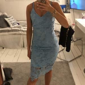 Super söt klänning från Boohoo, helt oanvänd. Ljusblå med spets mönster. Är i storlek 36 och sitter  tajt. Köparen står för frakten!