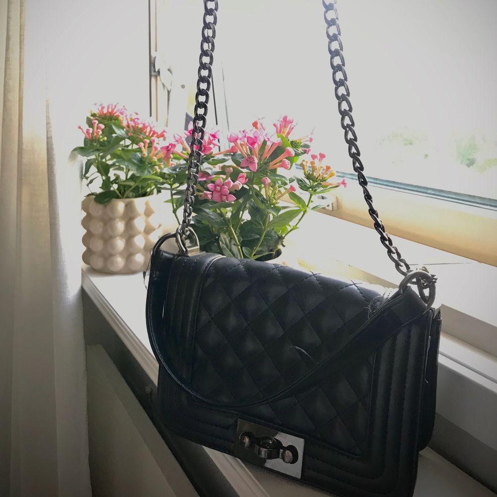 Väska från Gina i använt men fin skick❤️🧚🏼♀️ så fin och passar till nästan alla outfits. Väskor.