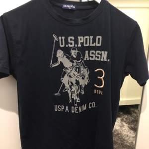 Äkta polo t-shirt med färgen blå. Kanske passar i M. Pris kan diskuteras