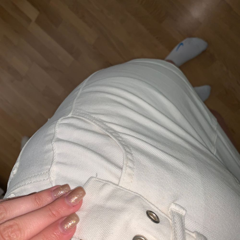 Fin kjol från nakd som tyvärr blivit lite förliten, använd kanske 5-6 gånger och bältet tillkommer till kjolen! Bjuder på frakt. Har på mig svarta trosor för ni ska se hur genomskinlig kjolen är! Ljusa trosor syns ej!. Kjolar.