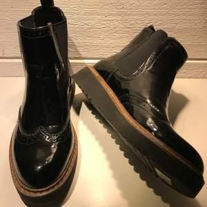 Jättefina skor, svarta lite glansiga, är mera mot 37 än 36