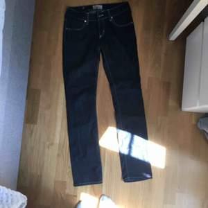 Mörkblåa low Waist jeans från något italienskt märke. Typ aldrig använda så i nyskick.