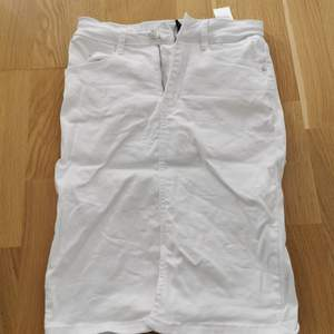 Fin jeans kjol som slutar strax innan knäna. Använd 1 gång. Storlek 36. Från bubbleroom.