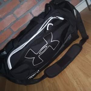 Väska, märke under armour. Denna är helt klart en av de större väskorna. Du får plats med mycket!