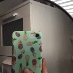Ett gulligt litet turkost mobilskal med söta små ananasar på. Köpt för 100kr passar på iPhone 6 6s 7 och 8