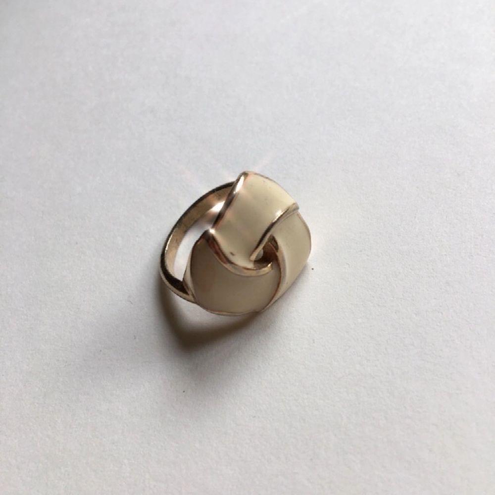 Guldfärgad ring med enamel