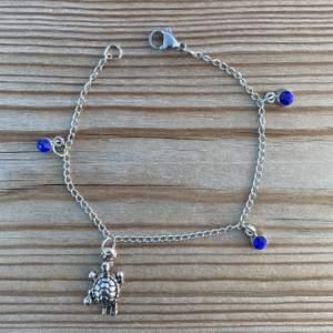 """Vid köp av ett av våra """"SAVE THE TURTLES"""" armband går 15% till SEE Turtles. En donation (ett armband) räddar ca 14 sköldpaddsbebisar! Vi finns på instagram (@charity.chains) och kan även kontaktas via mail (charitychain.info@gmail.com) 💙💙💙"""