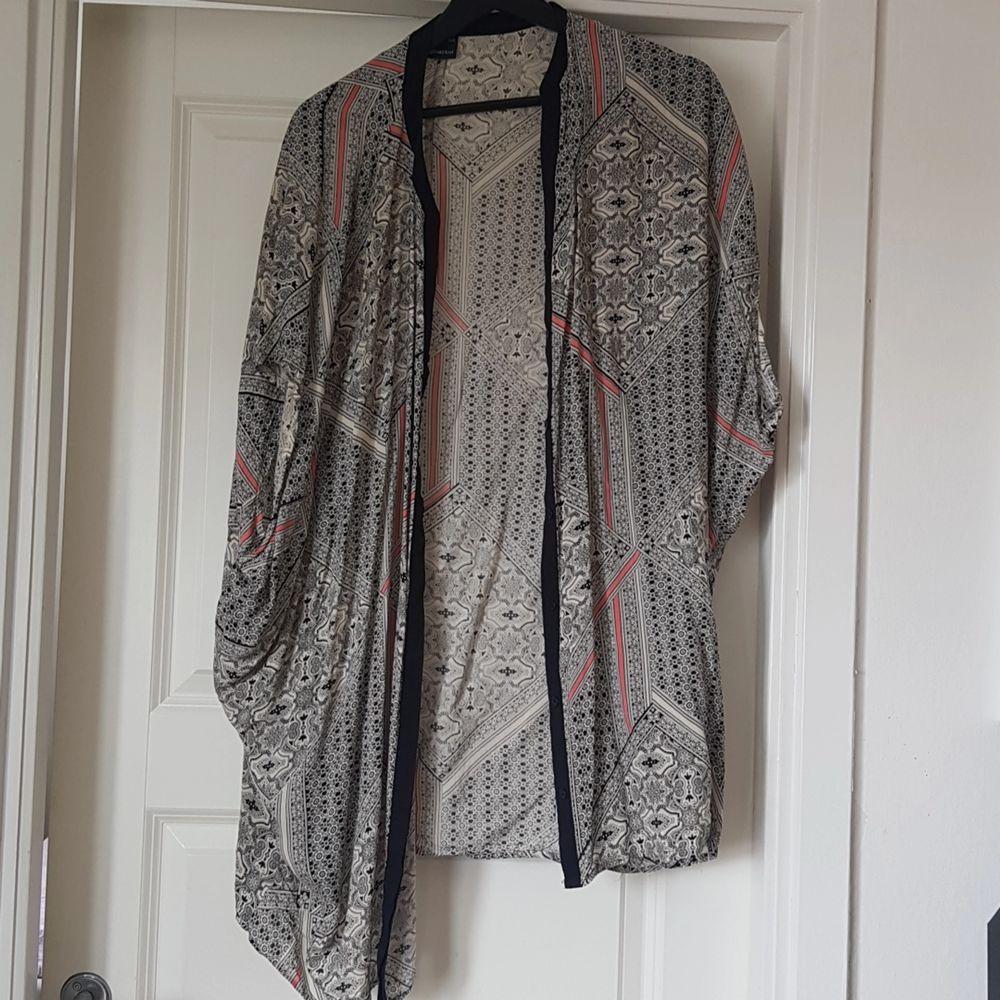 Fin kimono från gina tricot. Strl xs/s men stor så passar även M/L. Tröjor & Koftor.