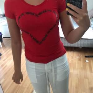 Säljer en röd LOVE MOSCHINO t-shirt i storlek 34. Använt fåtal gånger och i mycket bra skick. 💗