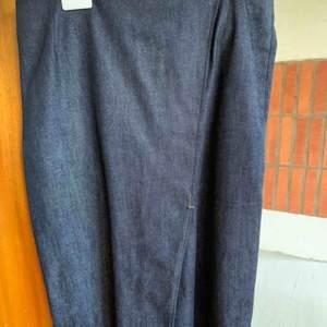Kjol från Filippa K! Typ jeansmaterial. Pris kan alltid diskuteras. Hör av dig för fler bilder eller frågor 🥰