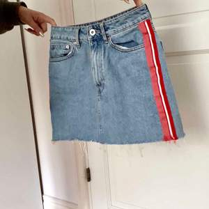 Slutsåld knappt använd kjol ifrån zara. Storlek XS. Säljs pga något tajt i rumpan för mig. Köparen står för frakten!