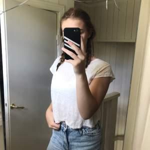 Super fin basic vit tshirt i bra skick, tunn och lite croppad