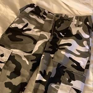 Camouflage byxor från Urban Outfitters köpa från Danmark. De passar inte mig längre och vill därför sälja! Skit snygga och aldrig använda (köpte fel storlek) 💞