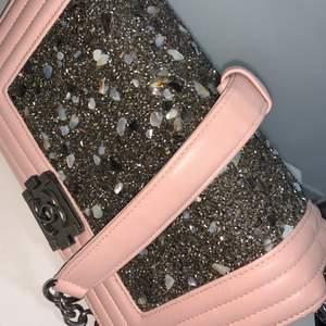 Snygg chanel väska, använd endast en gång, ser precis ut som ny. Effektiv och får plats med mycket