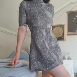 söt klänning som ger en fin siluett! knappt använd!