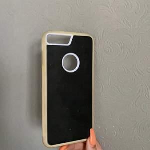 """🖤Säljer nu detta supercoola """"goatcase""""- skal! Skalets baksida har ett svart framtaget material som kan fastna på glatta ytor som t.ex, glas, dessutom är den inte det minsta klibbigt🤪nypris: över 400kr pga tull🖤 används inte längre då jag bytt mobil⚡️passar till iPhone 7/8 plus⚡️"""