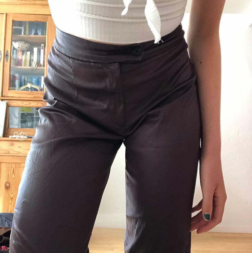 Riktigt snygga glansiga byxor i brunt! Materialet är väldigt lätt och stretchigt och som sagt dom är glansiga! För mig som är 167cm är dom ganska långa i benen. Köpare står för frakt💗. Jeans & Byxor.