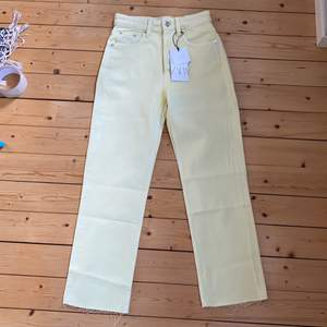 säljer mina skit snygga ljusgula jeans från zara de är aldrig använda säljs pga de är för små för mig och har glömt bort att skicka tbx!
