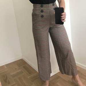 Rutiga bruna byxor från Zara i storlek XS!🤎 Endast provade! Köparen står för frakten. Kan även hämtas i Uppsala 🥰