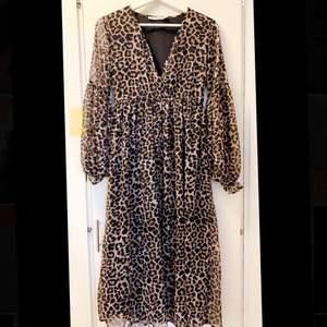 En snygg leopard mönstrad klänning från NAKD. Aldrig använd.