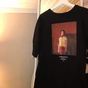 svart oversized t-shirt med tryck från mango. använd väldigt få gånger och säljer för att den inte kommer till användning. köparen står för frakt.