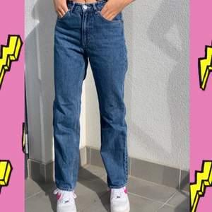 Fina jeans från monki som använts ett fåtal gånger! säljs endast pga att jag har för många jeans och måste rensa🥵 100kr exklusive frakt❤️❤️ (jag är 164cm)