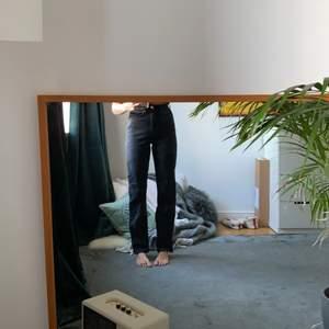 Grå/svarta jeans från weekday. Använder inte dom dfr säljer jag dom.