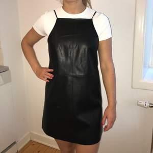 Helt oanvänd fauxläderklänning från Urban outfitters, storlek S köpt i USA så går ej att få tag på i Sverige. Köparen betalar frakt!