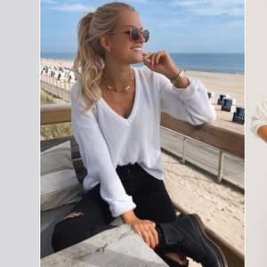 Jättemysig v-ringad stickad tröja, inte samma som på bilden men liknande. V-ringad både fram o bak. Lite missfärgad i tvätten som syns på bilden(där av priset) men annars jättefin kvalitet!