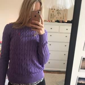 Lila Ralph Lauren kabelstickad tröja, köpt i USA och knappt använd. Superfint skick! Storlek M men passar även mig som är en S.