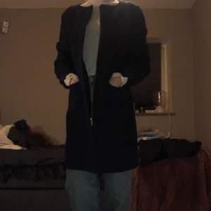 Hej! Säljer en kappa från Gina tricot strl 34, den är i fint använt skick dock lite trasig på ena ärmen, kan skicka bild vid intresse. Material: 61% bomull, 38% polyester, 1 % elastan. Om ni har någon fråga är det bara att skriva till mig!✨