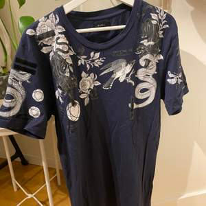 Blå t-shirt med tryck från Zara herr avdelningen! Sitter over sized på mig. Frakt tillkommer☺️