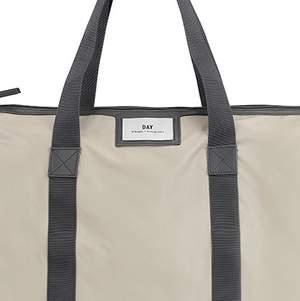 Säljer min väska, knappt använd. Dock en liten skrapa på botten men syns knappt om man inte kollar väldigt noga.... Vädligt rymlig🥰