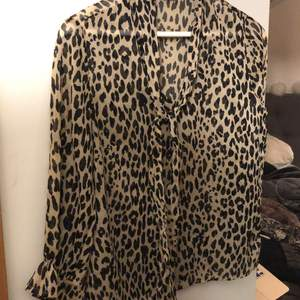 Leopardblus med knytning i halsen! Från Gina tricot, fint skick och frakt är inkluderad i priset.