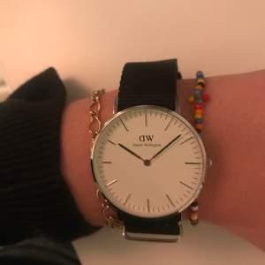 Säljer en skit snygg klocka i silver från  Daniel Wellington. Säljs pga att den inte kommer till användning. Har box och ett till armband i färgerna rosa och blått. Inga slitningar eller liknade, använt 3 gånger. 💞🌸nypris 1600kr