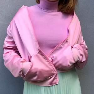 Jättefin rosa bomberjacka sydd av min syster! Älskar verkligen den men använder den inte lika mycket längre :( Vadderat innertyg men den är inte varm, mer en vårjacka! 💕